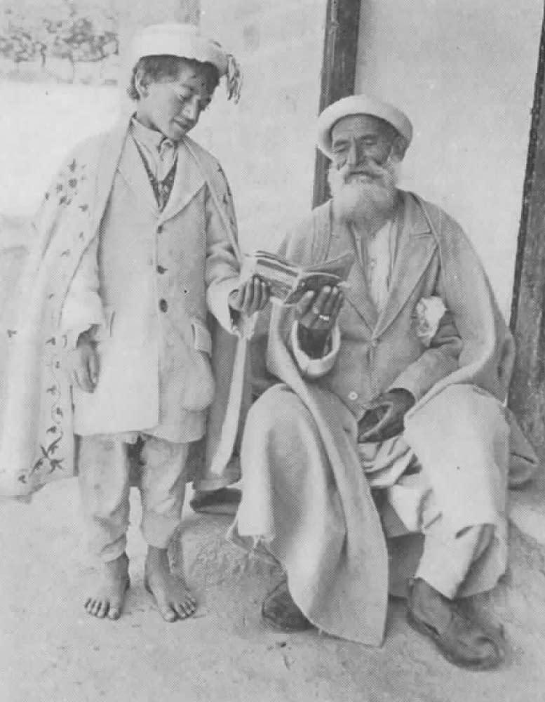 Hunza - Khalifa Farághat enseigne à son fils la lecture de textes persans