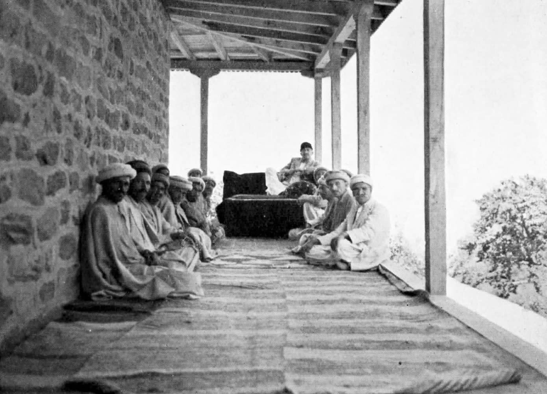 Hunza - La cour (durbar) du Mir Muhammad Jamal Khan en réunion (1950)