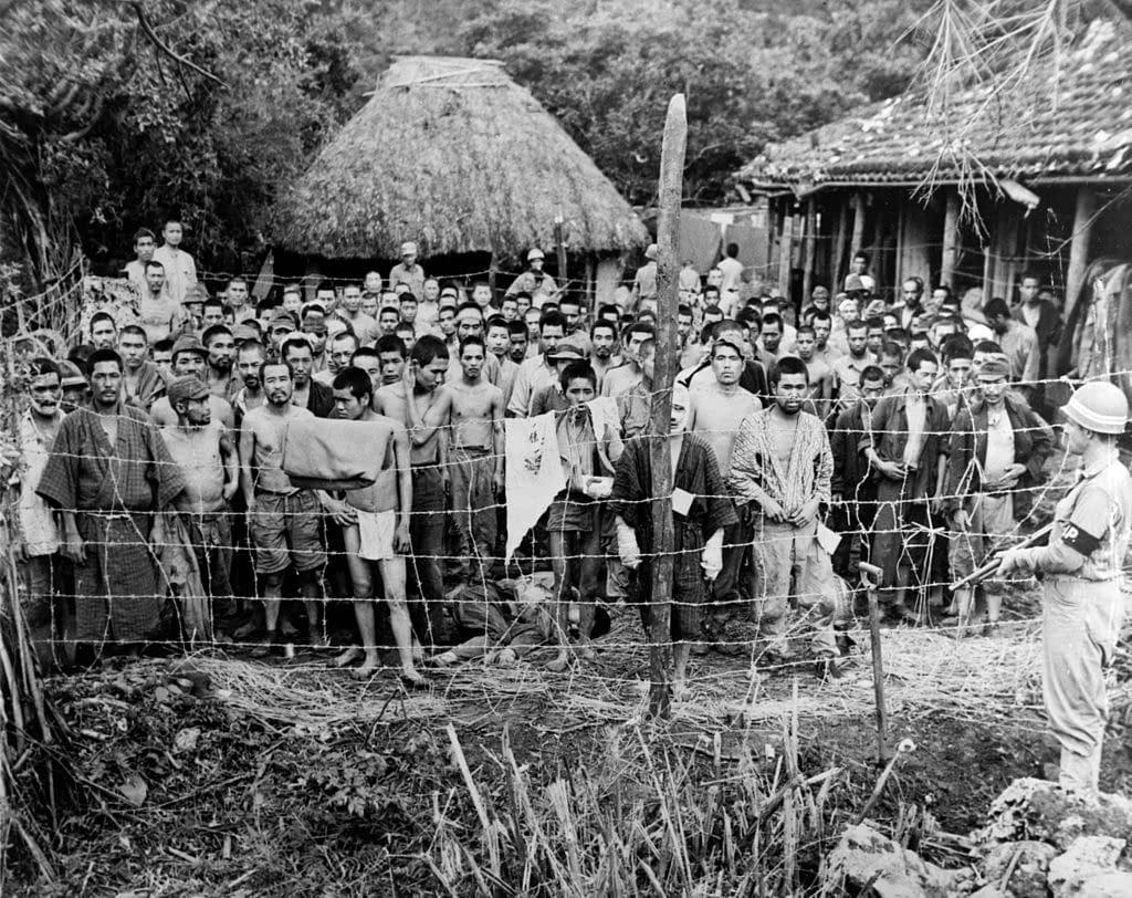 Okinawa - Prisonniers japonais sur l'île d'Okuku en juin 1945