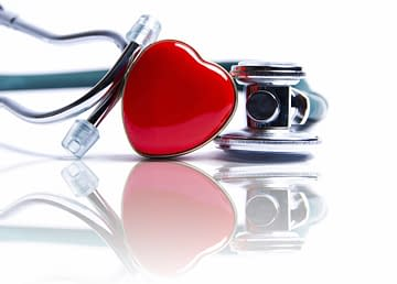 Cœur humain, stéthoscope et tasse