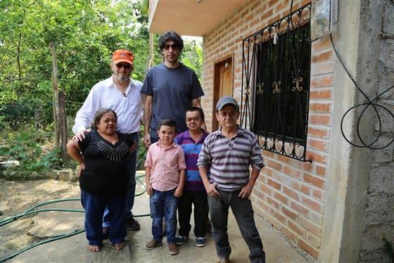 Dr. Jaime Guevara-Aguirre (à gauche) et Dr. Valter Longo (à droite) avec des patients du syndrome de Laron qui sont protégés du cancer et du diabète.
