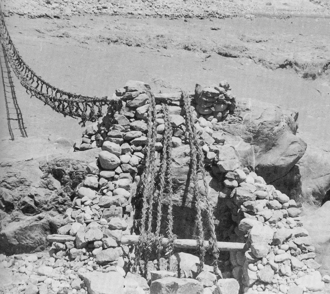Un pont de cordes sur la route menant au Hunza