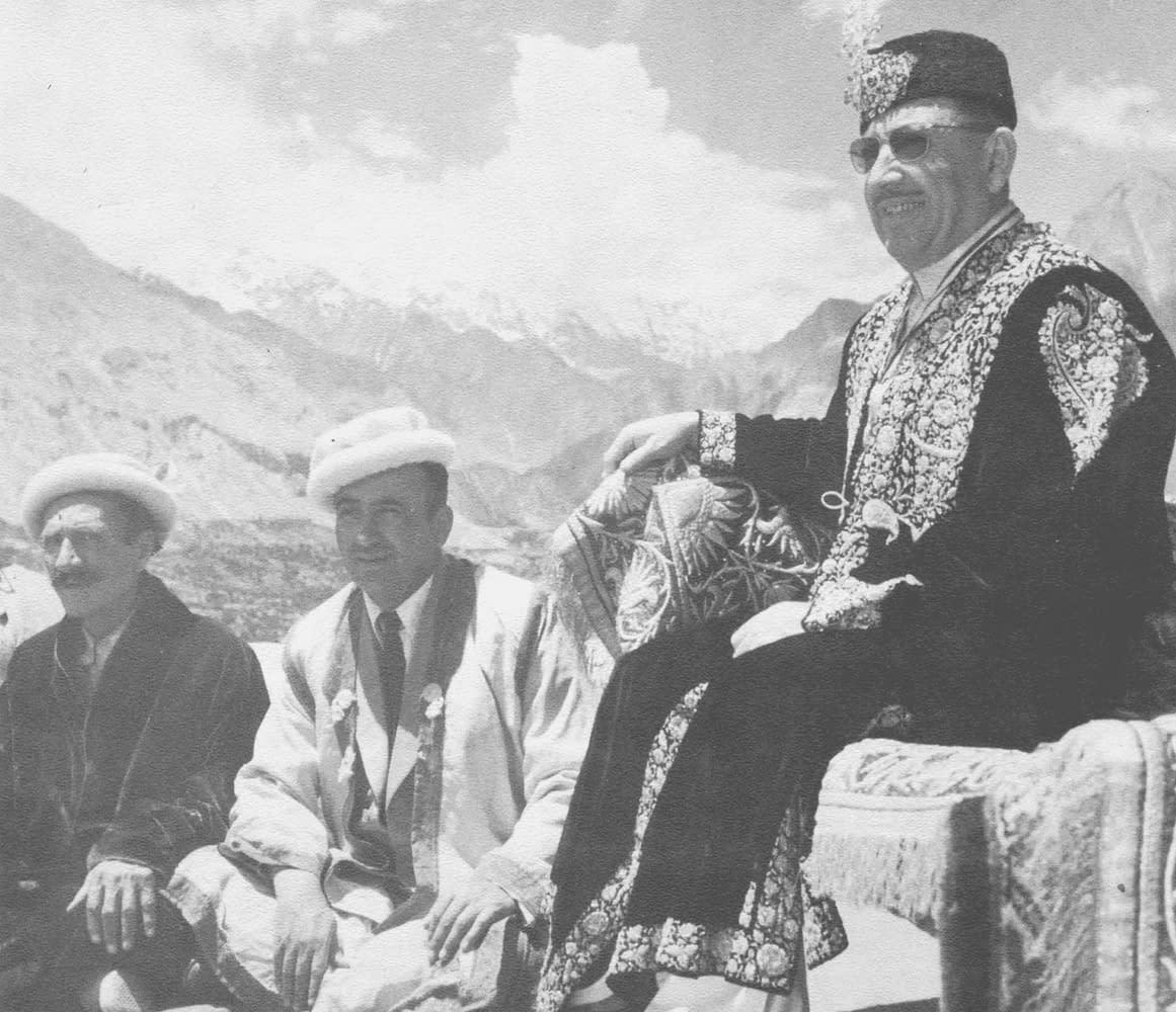 Hunza - Un vétéran de village réputé être âgé de 120 ans, le vizir Inayat Ullah Beg et le Mir Muhammad Jamal Khan