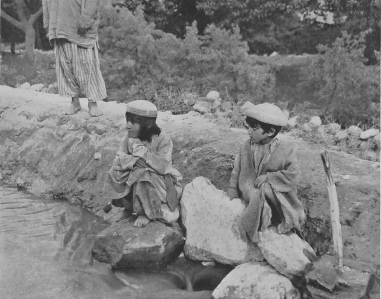 Hunza - Des enfants surveillent un écoulement