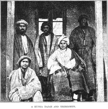 Un roi hunza et des membres de la tribu