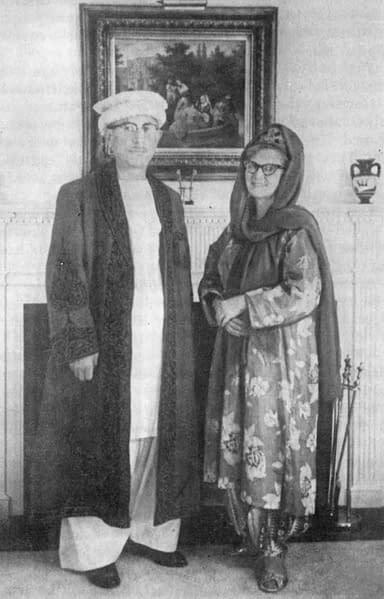 Le Dr. Hoffman et Trudie dans leurs habits offerts par le Mir et la Rani du Hunza