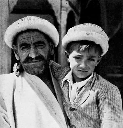 Hunza - Buyal Singh, père de Sherin Beg (équipe de John Clark) avec son plus jeune fils