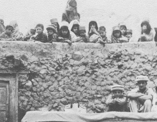 Hunza - Les femmes et les filles regardent une cérémonie de mariage depuis les toits avoisinants