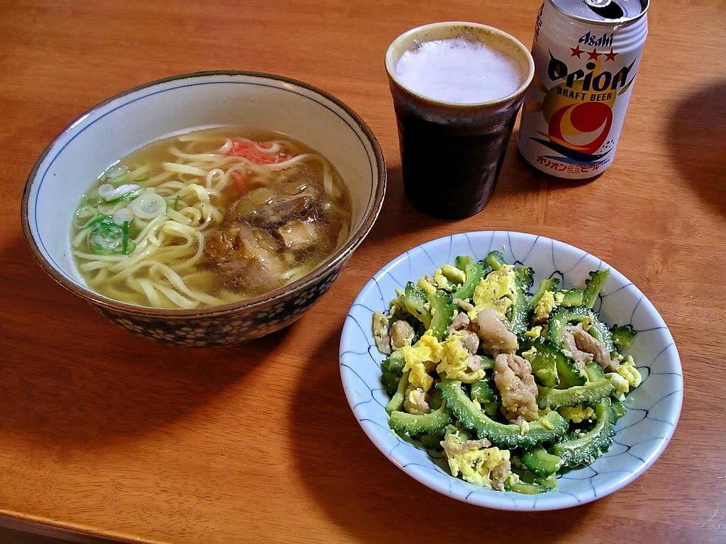 Okinawa soba et gōya chanpurū d'Okinawa avec une canette d'Orion Beer