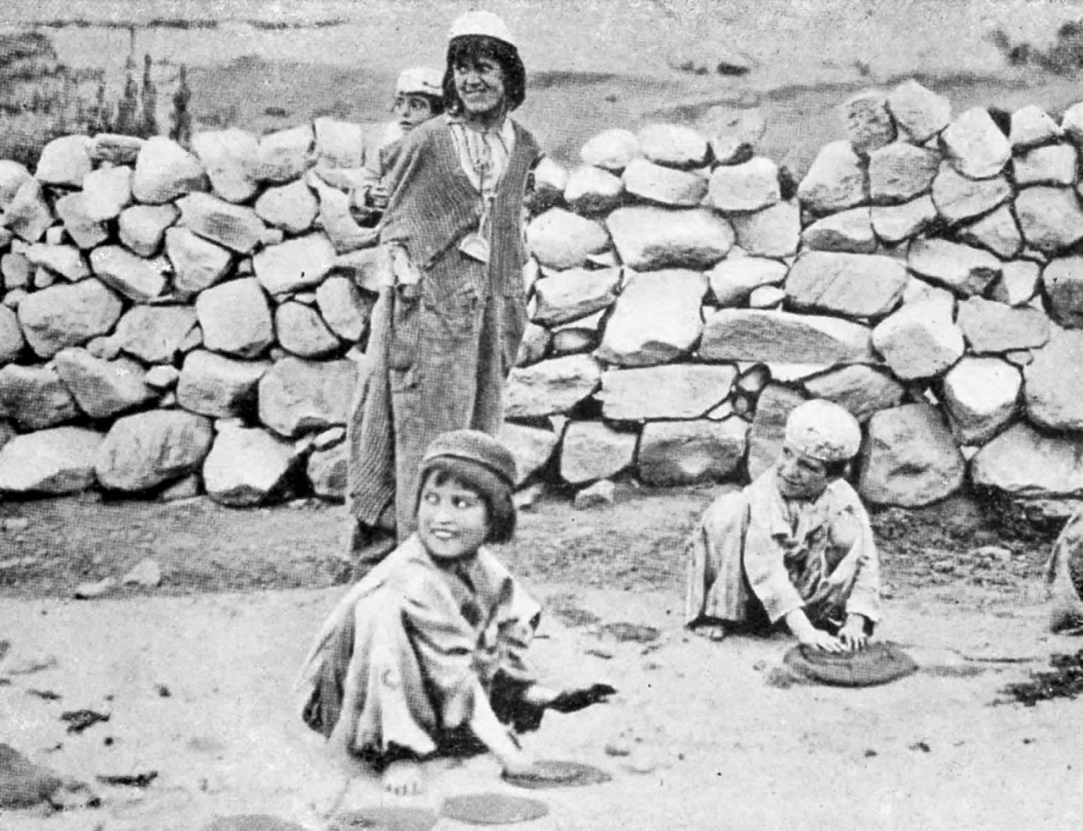 Hunza - Des enfants trompent leur envie de pain