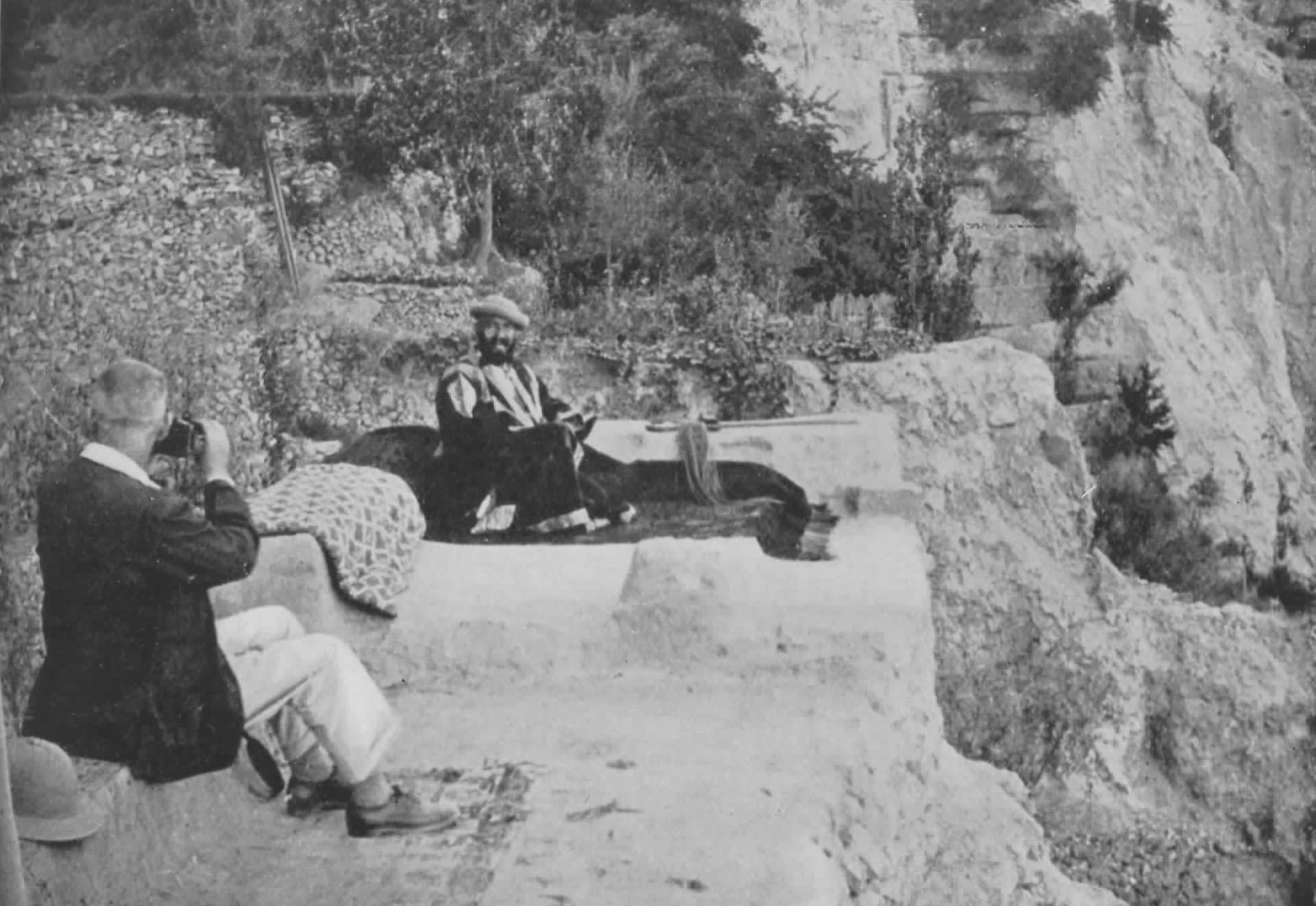 Hunza - David Lorimer prenant une photo du Mir Muhammad Nazím Khán sur un flanc de montagne à Báltit